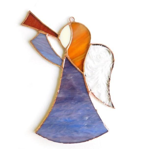Witrażowy anioł z trąbką wiszący