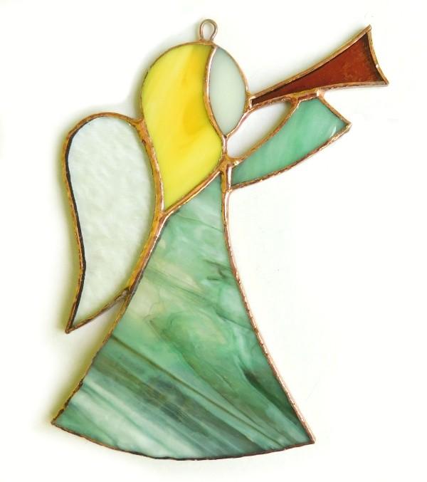 witrażowy anioł z trąbką zielony