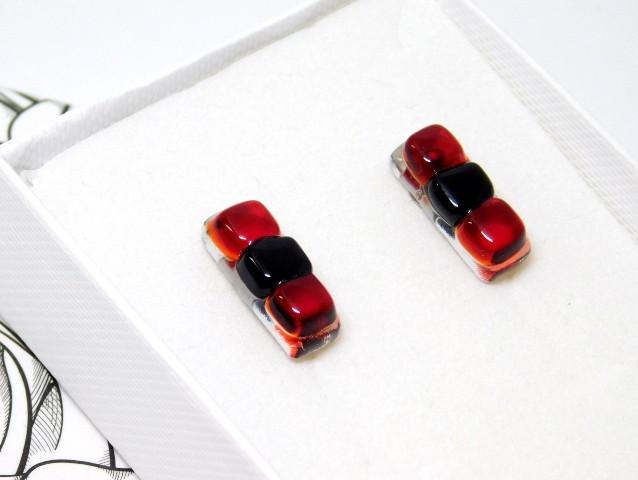 Kolczyki szklane czerwonoczarne podłużne